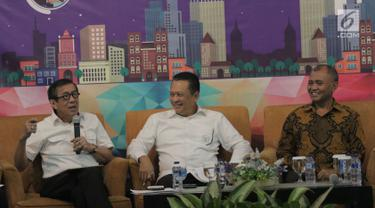 Menteri Hukum dan HAM Yasona Laoly (kiri) memberi pemaparan saat diskusi di gedung PPATK, Jakarta, Selasa (17/4). Diskusi tersebut membahas dimensi RUU Pembatasan Transaksi Uang Kartal. (Liputan6.com/Angga Yuniar)