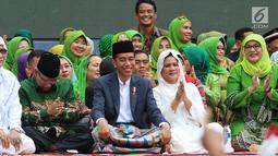 Presiden Joko Widodo ditemani Ibu Negara Iriana saat menghadiri Harlah ke-73 Muslimat NU di SUGBK, Jakarta, Minggu (27/1). Acara ini dihadiri sekitar 100 ribu kader Muslimat NUse-Indonesia. (Liputan6.com/Johan Tallo)