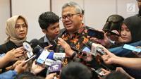 Ketua KPU Arief Budiman memberikan keterangan saat acara penandatanganan pakta integritas debat keempat Pilpres 2019 di Jakarta, Rabu (27/3). KPU bersama seluruh panelis dan moderator debat Pilpres 2019 keempat menandatangani pakta integritas. (Liputan6.com/Johan Tallo)