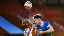 Bek Everton, Michael Keane, berebut bola dengan striker Sheffield United, David McGoldrick, pada laga lanjutan Premier League di Bramall Lane Stadium, Selasa (21/7/2020) dini hari WIB. Everton menang 1-0 atas Sheffield United. (AFP/Peter Powell/pool)