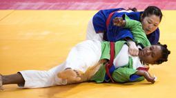 Duel Marselina Papara (kanan) dengan Otgon Munkhtsetseg asal Mongolia di babak 16 besar cabang Kurash Asian Games 2018 kelas -78 kg di JCC, Jakarta pada Kamis (30/8/2018). (Bola.com/Peksi Cahyo)