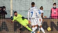 Arturo Vidal cetak gol ke gawang Fiorentina pada ajang Coppa Italia, Rabu (13/01/2021) malam WIB. Inter Milan meraih kemenangan. (Vincenzo PINTO / AFP)
