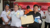 Polisi berhasil menangkap dua pelaku investasi bodong bernilai miliaran rupiah di Jalan Krida 18 Malalayang, Manado, Sulawesi Utara. Pelaku berinisial V dan K sempat mencoba melarikan diri saat polisi Polda Kepri hendak menangkapnya. (Liputan6.com/ Ajang)