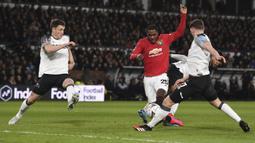 Striker Manchester United, Odion Ighalo, berebut bola dengan pemain Derby Country pada laga babak kelima Piala FA di Pride Park Stadium, Kamis (5/3). Manchester United menang 3-0 atas Derby Country. (AFP/Oli Scarff)