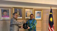 Corporate Secretary SCM (sub-holding Divisi Media Emtek Group) Gilang Iskandar (kiri) dan Duta Besar Malaysia untuk Indonesia Datuk Zainal Abidin Bakar (kanan). (Liputan6.com/Benedikta Miranti T.V)