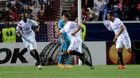 Denis Suarez merayakan gol bersama dengan rekan-rekannya, Timothee Kolodziejczak dan Stephane Mbia
