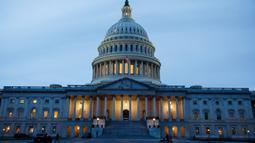 Foto yang diabadikan pada 12 Maret 2020 ini menunjukkan Gedung Capitol AS di Washington DC, Amerika Serikat. Sejumlah bangunan ikonis (landmark) di Washington DC, termasuk Gedung Putih, terpaksa ditutup sementara untuk umum akibat wabah COVID-19 yang tengah merebak di negara itu. (Xinhua/Ting Shen)