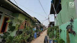 Suasana Kampung Kamal Muara, Jakarta, Selasa (9/7/2019). Sebagian besar warga Kampung Kamal Muara memasang pipa pada talang air di tepi atap rumah mereka untuk menampung air hujan. (Liputan6.com/Herman Zakharia)