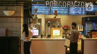 Suasana pada hari pertama kembali dibukanya bioskop CGV Grand Indonesia, Jakarta, Kamis (16/9/2021). Pemerintah memberikan kelonggaran dengan memperbolehkan bioskop buka kembali di wilayah berstatus PPKM level 3 dan 2 dengan kapasitas pengunjung 50 persen. (Liputan6.com/Faizal Fanani)