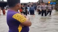 Air yang berasal dari alur sungai ini meluber cukup deras menerjang puluhan rumah warga disekitarnya.
