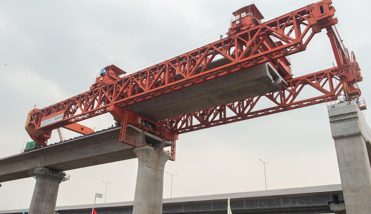Foto pada 2 September 2020 menunjukkan lokasi pekerjaan pemasangan gelagar kotak (box girder) jalur Kereta Cepat Jakarta-Bandung (KCJB). Pemasangan gelagar sedang berlangsung di ketiga balok yard di sepanjang jalur Kereta Cepat Jakarta-Bandung dalam tiga hari terakhir. (Xinhua/Du Yu)
