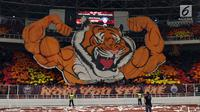 Suporter tim Macan Kemayoran membuat koreografi jelang laga Persija melawan Johor Darul Takzim pada lanjutan penyisihan Grup H Piala Asia 2018 di Stadion GBK, Jakarta, Selasa (10/4). Persija menang telak 4-0. (Liputan6.com/Helmi Fithriansyah)