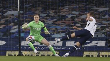 Striker Tottenham Hotspur, Harry Kane (kanan) melepaskan tendangan yang berbuah gol pertama timnya ke gawang Everton dalam laga lanjutan Liga Inggris 2020/2021 pekan ke-32 di Goodison park, Liverpool, Jumat (16/4/2021). Tottenham bermain imbang 2-2 dengan Everton. (AP/Clive Brunskill/Pool)