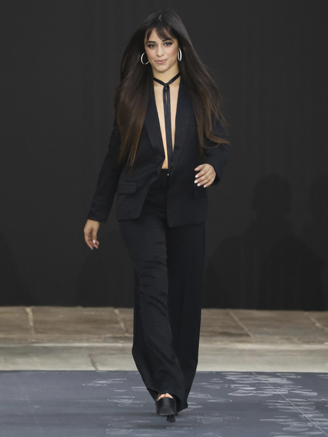 HomeLifestyle Camila Cabello Tampil Tanpa Dalaman di Paris Fashion Week 2019