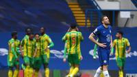 Mateo Kovacic (Chelsea) berjalan penuh sesal setelah West Bromwich Albion sukses mencetak gol dalam lanjutan Liga Inggris 2020/2021, Sabtu (3/4/2021). (MIKE HEWITT / POOL / AFP)