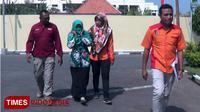 Tersangka YY, didampingi petugas Satreskrim Polres Probolinggo, Jawa Timur.(Times Indonesia/Dicko W)