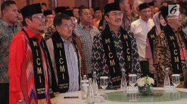 Wakil Presiden sekaligus Ketua Dewan Penasehat ICMI, Jusuf Kalla (kedua kiri), didampingi Ketua Umum ICMI Jimly Asshiddiqie, Sekjen Mohammad Jafar Hafsah, Bendahara Didit A Ratam pada acara Halalbihalal ICMI yang bertajuk Rekonsiliasi untuk Bangsa di Jakarta, Jumat (5/6/2019). (Liputan6.com/HO/Job)