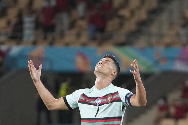 Reaksi kapten timnas Portugal, Cristiano Ronaldo pada babak 16 besar Euro 2020 menghadapi Belgia di Estadio La Cartuja, Sevilla, Senin (28/6/2021) dini hari WIB. Ronaldo membuang dan menendang ban kapten usai Portugal tersingkir dari EURO 2020 lantaran kalah 0-1. (THANASSIS STAVRAKIS/POOL/AFP)