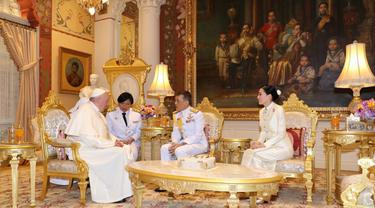 Paus Fransiskus berbincang dengan Raja Thailand Maha Vajiralongkorn (tengah) dan Ratu Suthida (kanan) di Istana Dusit, Bangkok (22/11/2019). Pertemuan dilakukan setelah Paus Fransiskus merayakan misa dengan puluhan ribu umat Katolik Thailand. (Handout/Thai Royal Household Bureau/AFP)