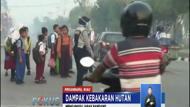 Agar tidak tercemar asap dan menganggu pernapasan, warga sudah mulai mengunakan masker saat berada di luar rumah.