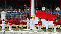 Paskibraka mengibarkan Bendera Merah Putih saat upacara Pengibaran Bendera Merah Putih dalam rangkaian Peringatan Detik-detik Proklamasi Kemerdekaan ke-73 di Istana Merdeka, Jakarta, Jumat (17/8). (Liputan6.com/HO/Bian)