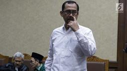 Terdakwa dugaan suap seleksi pengisian jabatan di Kementerian Agama, Haris Hasanuddin (kanan) saat jeda sidang lanjutan di Pengadilan Tipikor, Jakarta, Rabu (10/7/2019). Sidang mendengar keterangan saksi. (Liputan6.com/Helmi Fithriansyah)