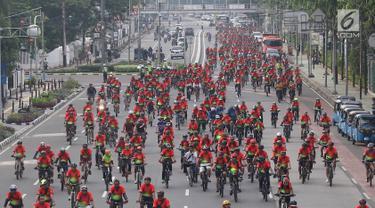Ratusan pesepeda mengikuti kegiatan bertajuk Gowes Bersama Indonesia Damai #iRide4Peace di kawasan Jakarta, Minggu (4/11). Acara bersepeda bersama ini dibalut deklarasi untuk mendukung Pemilu damai. (Liputan6.com/Immanuel Antonius)