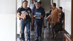 Mantan Hakim Mahkamah Konstitusi, Patrialis Akbar (tengah) bersiap sidang permohonan PK ke Mahkamah Agung di Pengadilan Negeri Jakarta Pusat, Kamis (8/11). Sidang beragenda pengajuan bukti baru yang diajukan pemohon. (Liputan6.com/Helmi Fithriansyah)