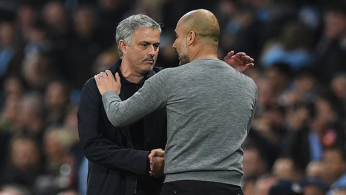 Jose Mourinho dan Pep Guardiola saat Manchester United (MU) menghadapi Manchester City di Etihad Stadium. (Paul ELLIS / AFP)