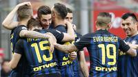 Para pemain Inter Milan merayakan gol yang dicetak Roberto Gagliardini ke gawang Atalanta. Kemenangan ini mengantar tim asuhan Stefano Pioli naik ke posisi empat klasemen Serie A, menggeser Lazio. (AP/Antonio Calanni)