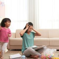 Jangan langsung marah bila anak mengajak bermain./Copyright shutterstock.com