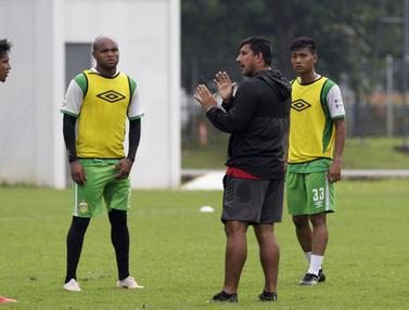 Pelatih Bhayangkara FC, Alfredo Vera, memberikan arahan kepada pemainnya. (Bola.com/Yoppy Renato)