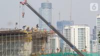 Pekerja menyelesaikan proyek pembangunan Light Rail Transit (LRT) Jabodebek di ruas Jalan Rasuna Said, Jakarta, Jumat (7/8/2020). PT Adhi Karya akan memprioritaskan pengerjaan proyek infrastruktur berlabel proyek strategis nasional (PSN) di tengah pandemi COVID-19. (Liputan6.com/Fery Pradolo)