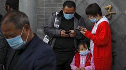 Seorang anak mengenakan masker untuk mencegah penyebaran virus corona berada di Kota Terlarang di Beijing (25/10/2020). Dengan wabah COVID-19 yang sebagian besar terkendali di dalam perbatasan China, rutinitas kehidupan sehari-hari yang normal telah mulai kembali untuk warganya. (AP Photo/Andy Wong)