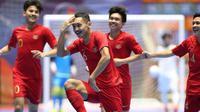 Para pemain Timnas Futsal Indonesia U-20 merayakan keberhasilan meraih kemenangan atas Irak di laga Grup D Piala AFC Futsal U-20 2019 yang membuat mereka lolos ke perempat final. (AFC)