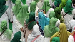 Umat muslim saat berselfie saat acara Silaturahmi Nasional Ulama Rakyat di Ancol, Jakarta, Sabtu (12/11). Acara yang di gagas oleh Partai Kebangkitan Bangsa tersebut bertujuan mendoakan keselamatan Bangsa Indonesia. (Liputan6.com/Johan Tallo)