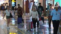 Calon penumpang berjalan di Terminal 3 Bandara-Soekarno Hatta, Tangerang, Banten, Minggu (22/12/2019). Manajemen Bandara Soekarno-Hatta menyiapkan 478 pesawat ekstra untuk mengantisipasi lonjakan penumpang saat mudik libur Natal dan Tahun Baru. (Liputan6.com/Angga Yuniar)