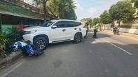 Sebuah mobil Pajero sport warna putih bernopol S 717 MJ menabrak dump truk dan enam sepeda motor di jalan Pakah - Soko, tepatnya di Desa Rengel, Kecamatan Rengel, Kabupaten Tuban, Jawa Timur, Sabtu (17/4/2021) pukul 12.30 WIB.