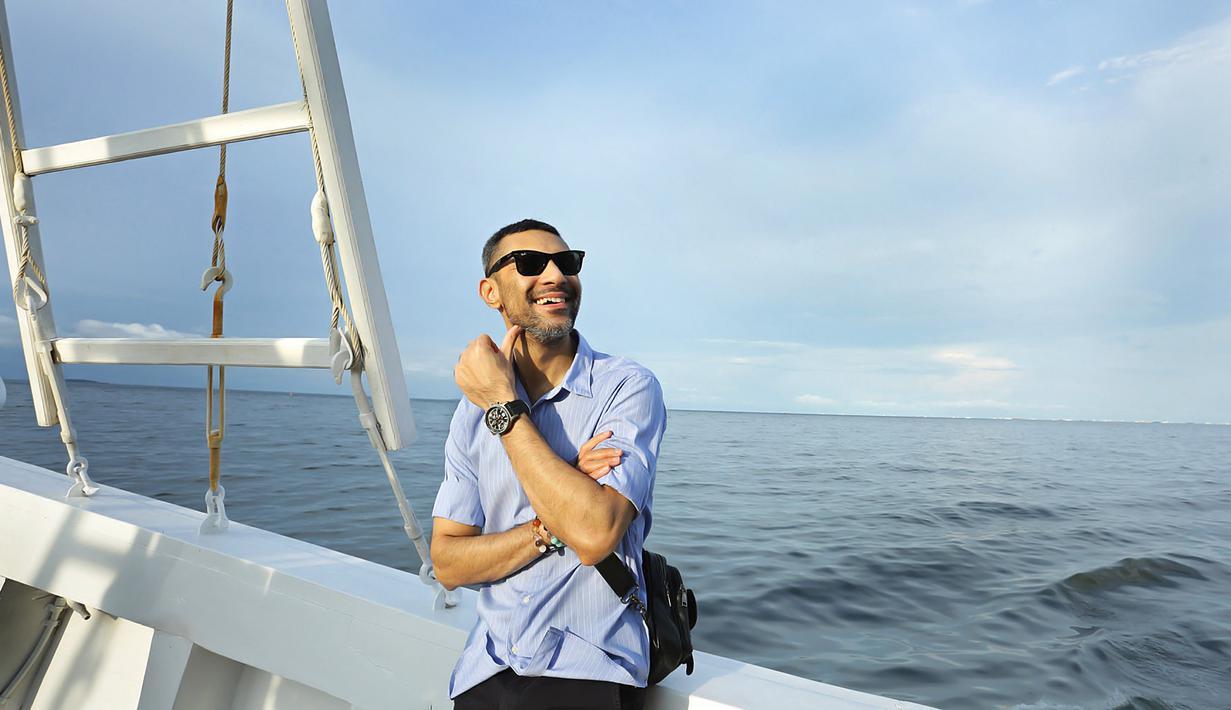 Didi Riyadi di atas Kapal Phinisi pada Kamis (13/2/2020) yang berlayar dari dermaga Baywalk, Pluit, Jakarta Utara. (Bambang E Ros/Fimela.com)