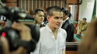 Artis peran Steve Emmanuel menjalani sidang perdana dugaan kasus narkoba di Pengadilan Negeri Jakarta Barat, Kamis (21/3). Tak banyak kata yang disampaikan oleh Steve Emmanuel saat disapa oleh awak media. (Liputan6.com/Faizal Fanani)