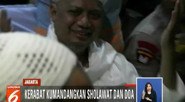 Arifin Ilham terlihat kondisinya mulai membaik dan terus memberikan senyum dari atas kursi roda sebelum dibawa ke dalam mobil ambulance.