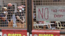 Tim penyelamat berdiri di dalam kompleks Pabrik Es TP Marcelo di Navotas, Filipina, Kamis (4/2/2021). Gas ini bisa menjadi racun bagi manusia jika dihirup dalam jumlah besar, kata seorang pejabat.  (AP Photo/ Aaron Favila)