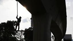 Suasana saat pekerja mengecat dinding Flyover Pancoran di Jakarta, Sabtu (24/2). Pengecatan dilakukan untuk mempercantik flyover serta menghindari kesan kumuh. (Liputan6.com/Immanuel Antonius)