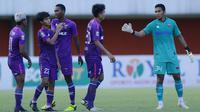 Para pemain Persita Tangerang merayakan hasil imbang 1-1 melawan Bali United usai berakhirnya laga matchday ke-3 Grup D Piala Menpora 2021 di Stadion Maguwoharjo, Sleman, Jumat (2/4/2021). (Bola.com/M Iqbal Ichsan)