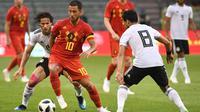 Aksi Eden Hazard ketika mencoba melewati para pemain Mesir dalam laga uji coba di Brussel (6/6/2018). (AFP/Emmanuel Dunand)