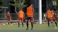 Pemain Persija, Ismed Sofyan (kiri) menggiring bola saat latihan di Lapangan A Kompleks GBK Jakarta, Jumat (11/5). Persija akan melakoni laga kandang melawan Madura United, Sabtu (11/5). (Liputan6.com/Helmi Fithriansyah)