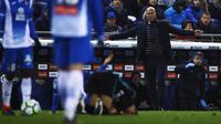 Pelatih Real Madrid, Zinedine Zidane, saat pertandingan melawan Espanyol pada laga La Liga di Stadion RCDE, Barcelona, Selasa (27/2/2018). Espanyol menang 1-0 atas Real Madrid. (AP/Manu Fernandez)