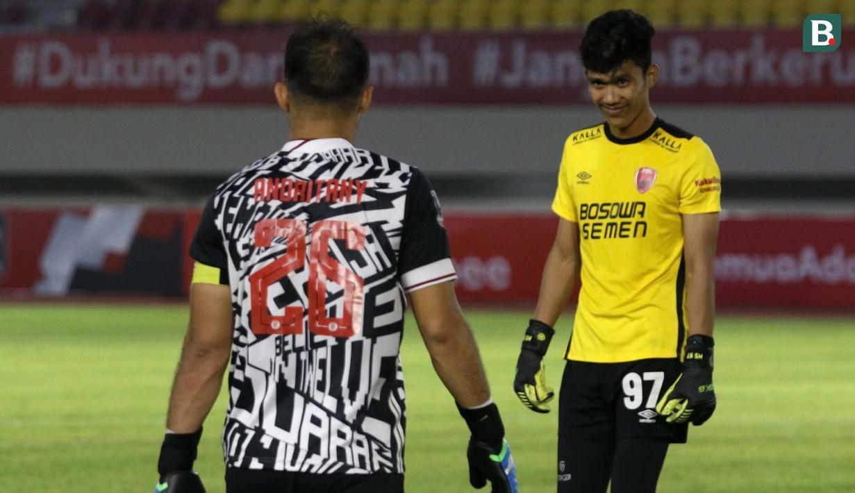 Penjaga gawang PSM Makassar, Hilman Syah, benar-benar tampil impresif kontra Persija Jakarta dalam leg kedua semifinal Piala Menpora 2021. Namun, ia harus menghadapi kenyataan bahwa Andritany yang menjadi pahlawan kemenangan Persija Jakarta. (Foto: Bola.com/Ikhwan Yanuar)