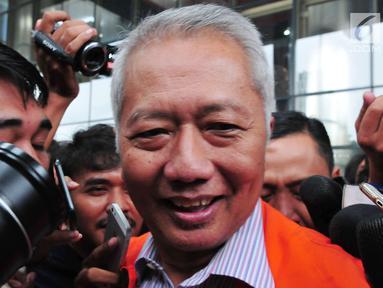 Dirjen Perhubungan Laut (Hubla) Kemenhub Antonius Tonny Budiono seusai menjalani pemeriksaan di Gedung KPK, Jakarta, Selasa (29/8).  Tonny menjalani pemeriksaan perdana setelah ditetapkan sebagai tersangka oleh KPK. (Liputan6.com/Helmi Afandi)