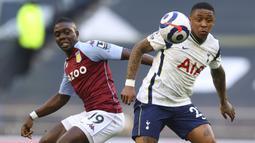 Gelandang Tottenham Hotspur, Steven Bergwijn (kanan) menguasai bola dibayangi gelandang Aston Villa, Marvelous Nakamba dalam laga lanjutan Liga Inggris 2020/2021 pekan ke-37 di Tottenham Hotspur Stadium, Rabu (19/5/2021). Tottenham kalah 1-2 dari Aston Villa . (AP/Richard Heathcote/Pool)